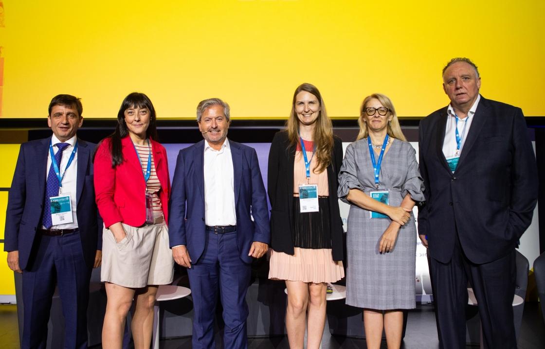 Ana Cartón Directora de Recursos Humanos de Unísono con los demás participantes de la mesa redonda en Expocontact 2019