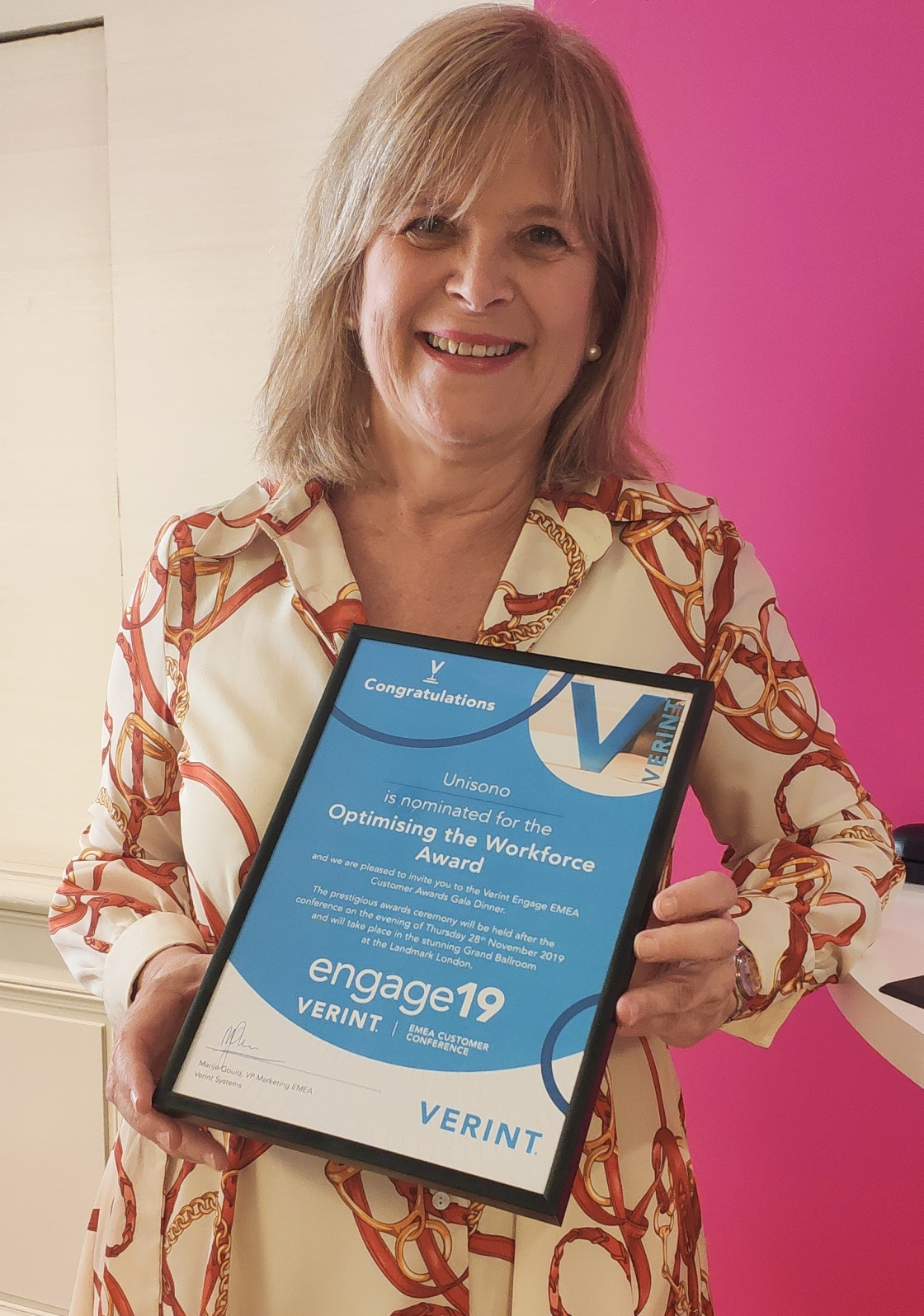 María Andrés Directora Económica, Financiera y de Medios de Grupo Unísono con el premio Verint